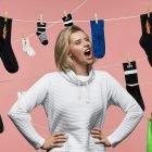 nainen mainoskuvassa sukat ripustettuna taustalle