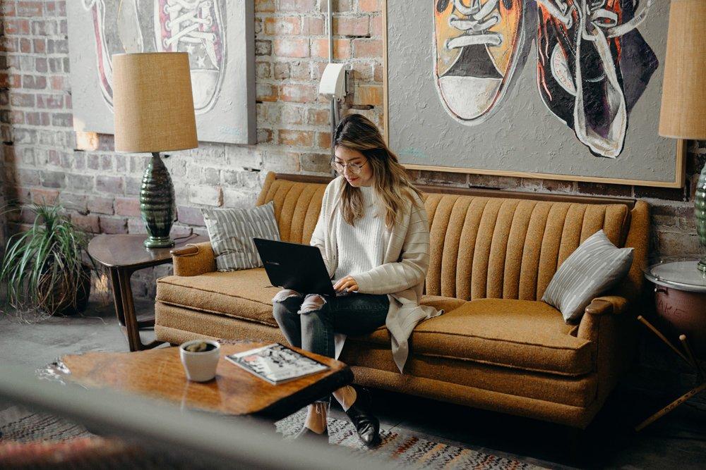 bloggaaja työskentelee tietokoneella