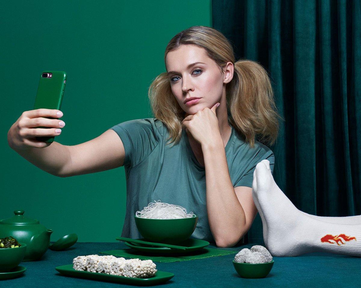 nainen mainoskuvassa ottaa selfieta