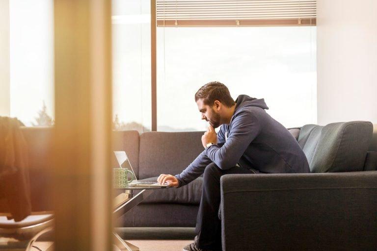 mies tietokoneen ääressä