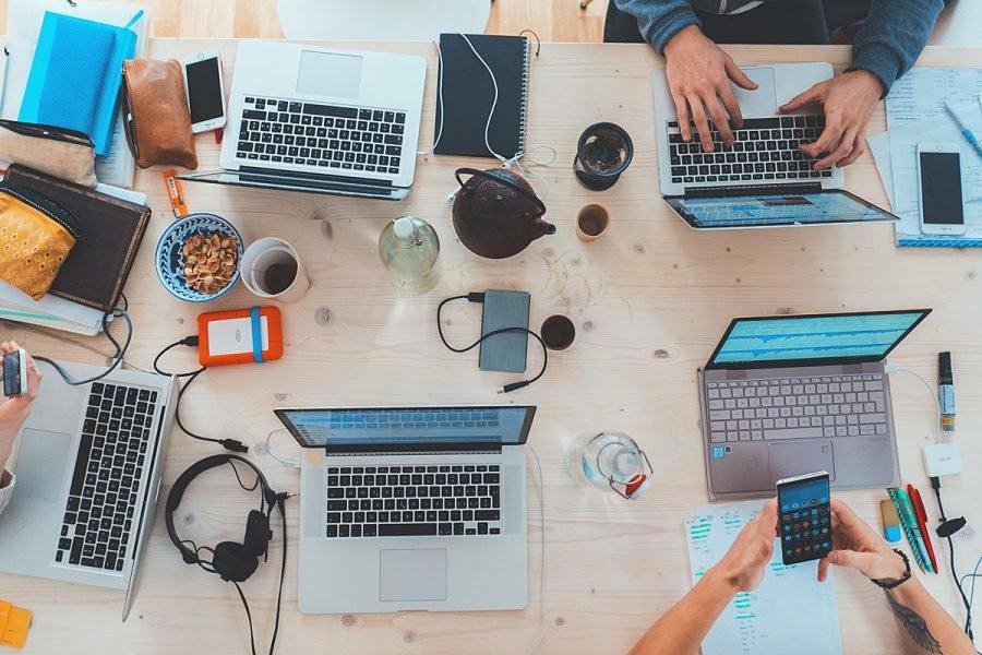 tietokoneita ja teknologiaa pöydällä, kuvituskuva