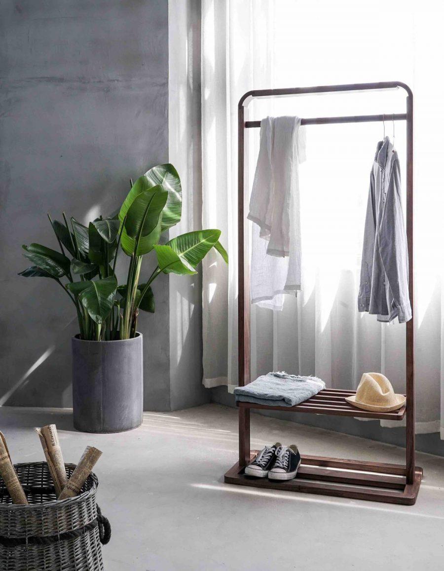 vaatteita aseteltuna rekille somistetussa huoneessa