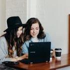 kaksi bloggaajaa työskentelee tietokoneella